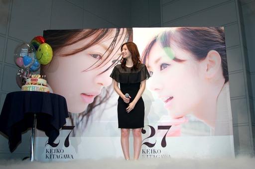 北川景子、サプライズに涙! 4400人と初の握手会