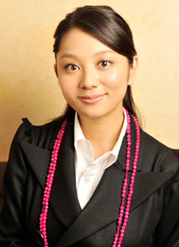 黒い服を着てにっこり笑顔の小池栄子