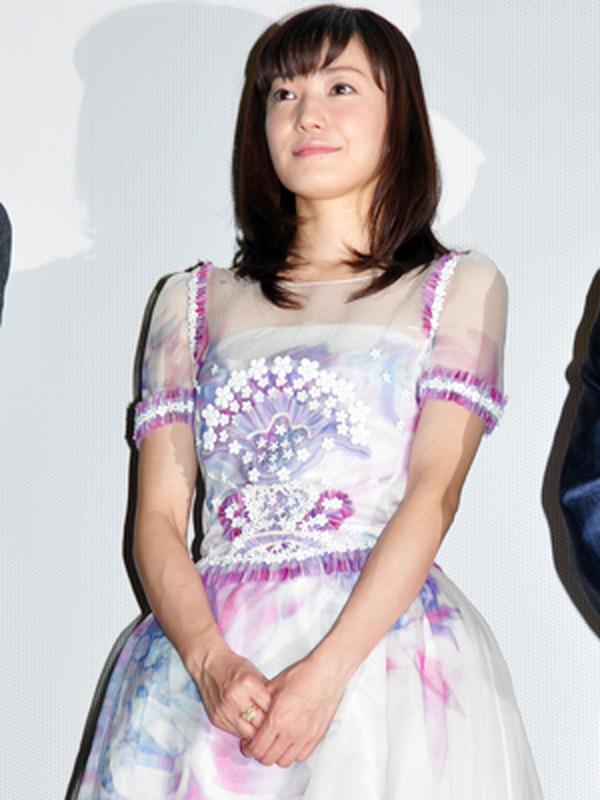 キラキラドレスを着る菅野美穂
