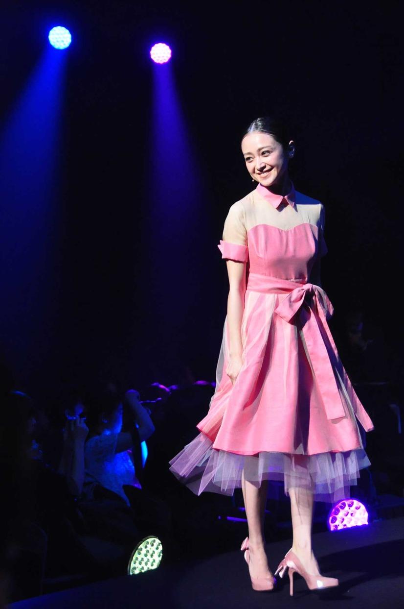 ピンクのドレスの安達祐実