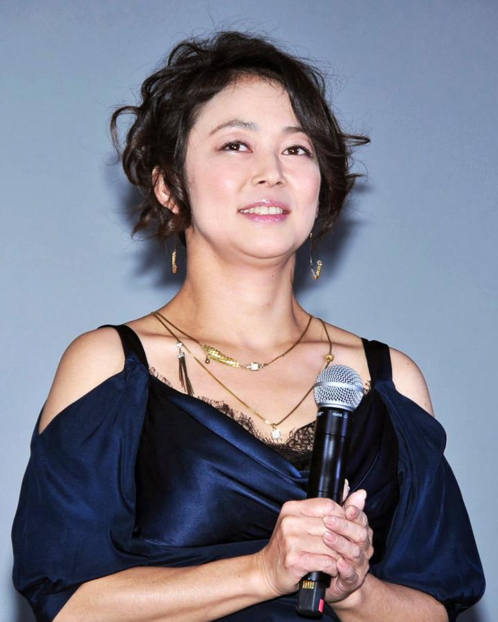 ネイビーのドレスを着ている中島知子