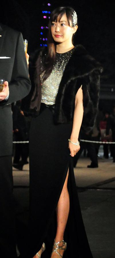 黒いドレスを着る菅野美穂