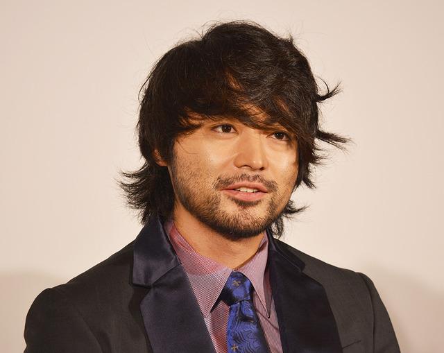 ワイルドな髪型の山田孝之