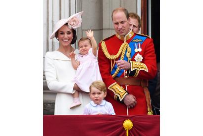 シャーロット王女、バッキンガム宮殿のバルコニーでお手振りデビュー