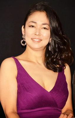 紫いろの洋服を着ている中島知子
