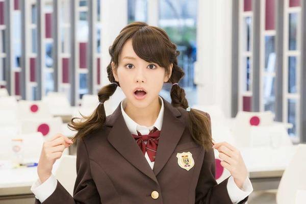 ツインテールに制服姿の驚いた表情をする桐谷美玲