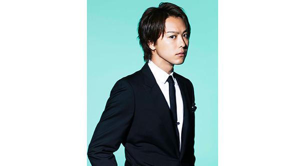 スーツを着て立っている七三分けのEXILEのTAKAHIROの画像