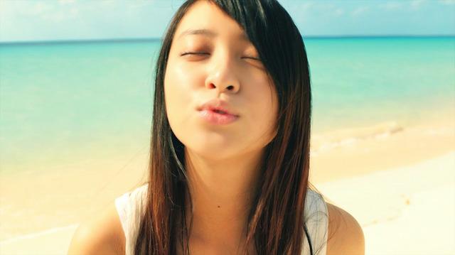 真夏の浜辺でキス顔の武井咲