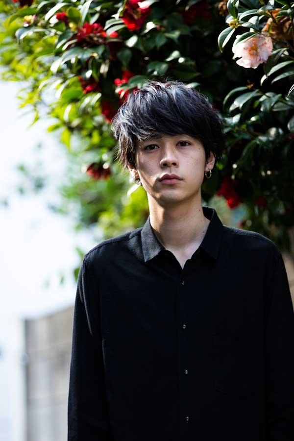 黒ワイシャツの成田凌