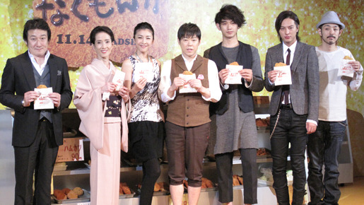 『なくもんか』記者会見。(左から)水田伸生監督、いしだあゆみ、竹内結子、... 『なくもんか』記