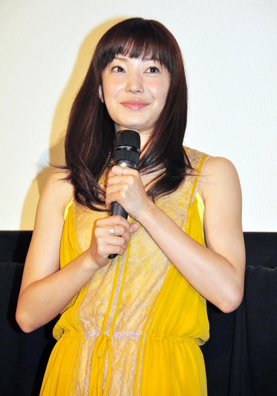 黄色い服にはにかんだ笑顔の菅野美穂