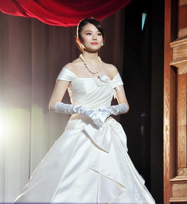 コンテストにドレス姿で参加する美しい伊東紗治子