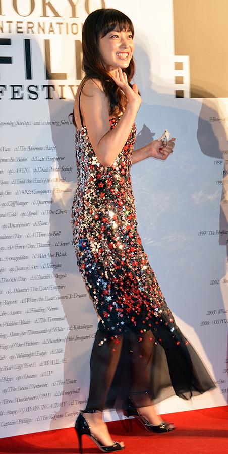 タイトなドレスの菅野美穂