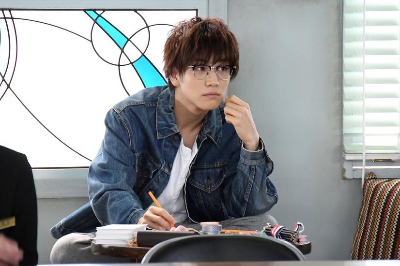 メガネ姿の岩田剛典
