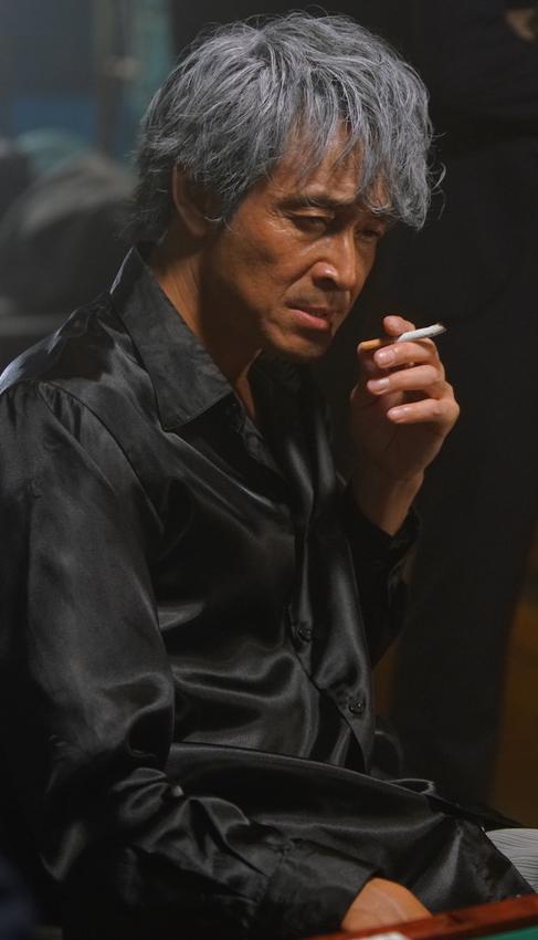 煙草を吸う吉田栄作