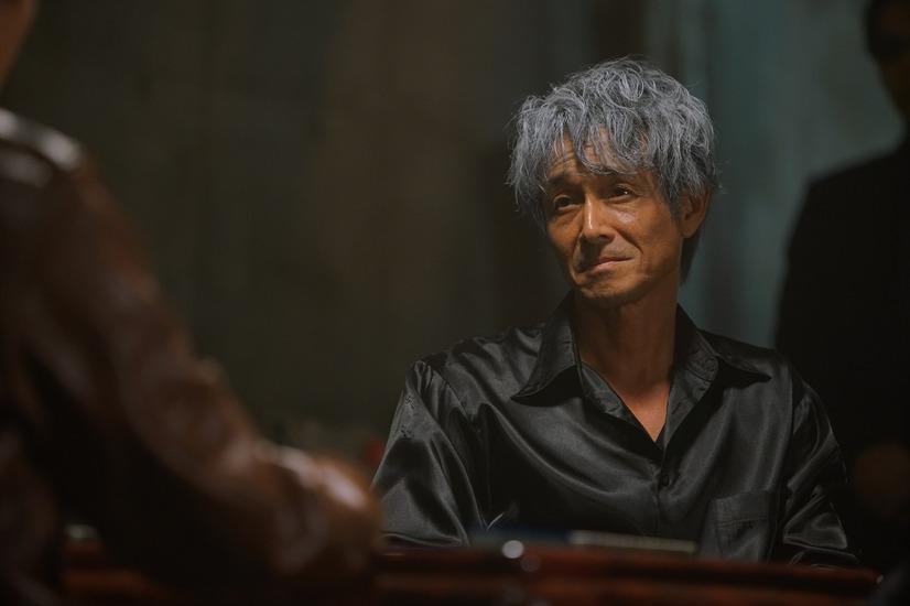 黒シャツの吉田栄作