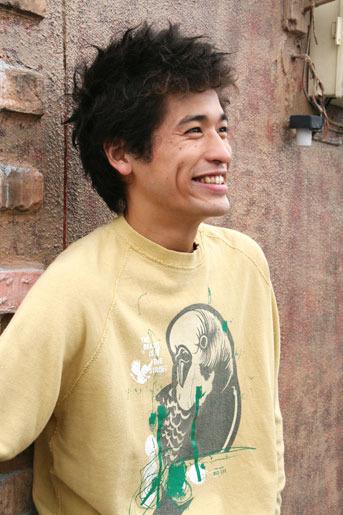 オウム柄のトレーナーのかっこいい佐藤隆太