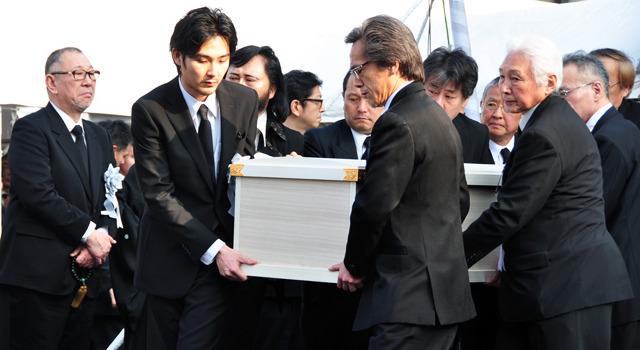 松田龍平、大島監督の出棺を見送り最後の別れ 1枚目の写真・画像