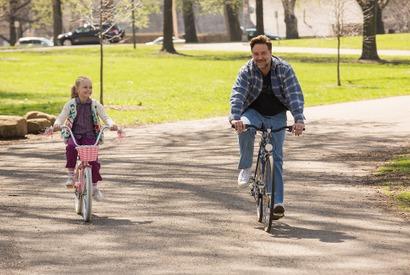 【特別映像】ラッセルパパが娘に教える思い出の自転車シーン公開『パパが遺した物語』 画像
