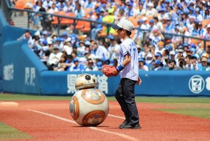 『スター・ウォーズ』BB-8、世界初の始球式で「とてもエキサイティング」 画像
