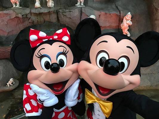 ミッキーマウスとミニーマウスの\u201cバースデー\u201dデート動画