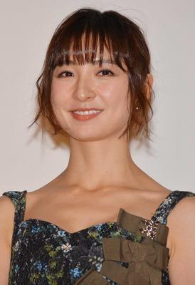 篠田麻里子、大胆なラブシーン披...