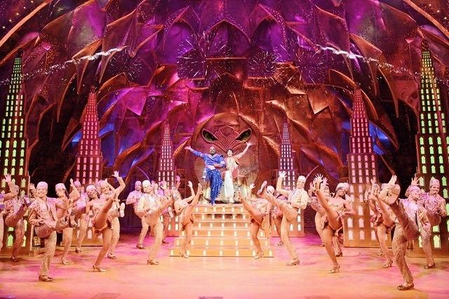 ミュージカル「アラジン」 James Monroe Iglehart, Adam Jacobsand the original Broadway company of ALADDIN.Photo by Deen van Meer (C)Disney