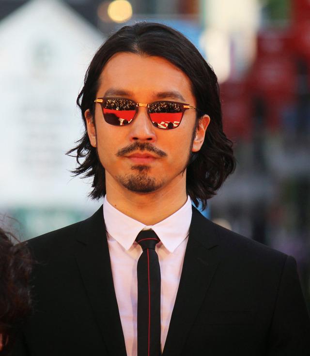 個性的なサングラスの金子ノブアキ
