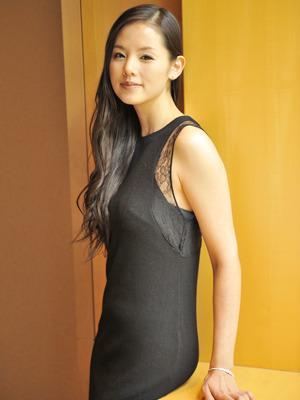 黒ドレスの小西真奈美