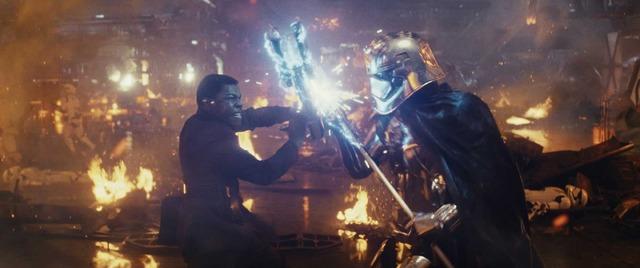 フィン&キャプテン・ファズマ(ジョン・ボイエガ&グウェンドリン・クリスティ)『スター・ウォーズ/最後のジェダイ』(C)2017 Lucasfilm Ltd. All Rights Reserved.