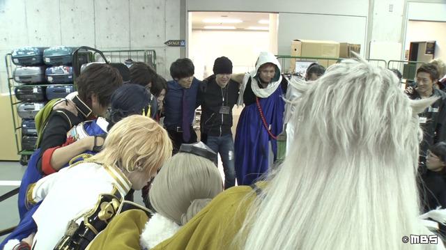 ミュージカル「刀剣乱舞」のキャストと円陣を組む 「情熱大陸」