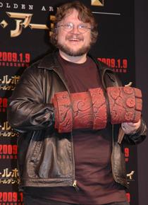 ヘルボーイの腕を装着してご機嫌のギレルモ・デル・トロ監督。
