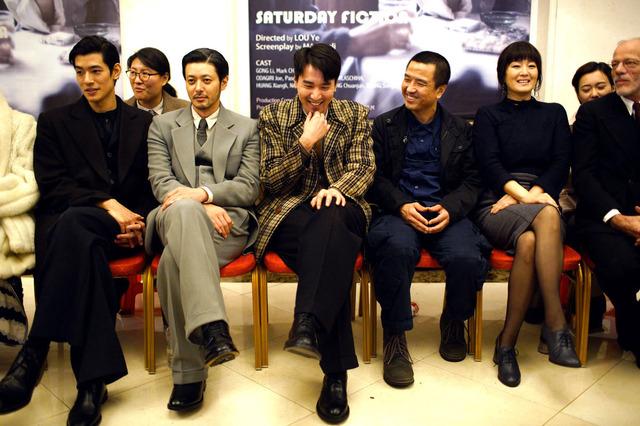 ロウ・イエ監督(右から3人目)とキャスト『SATURDAY FICTION』(英題)