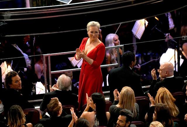 フランシス・マクドーマンドのスピーチで立ち上がるメリル・ストリープ/第90回アカデミー賞(C)Getty Images