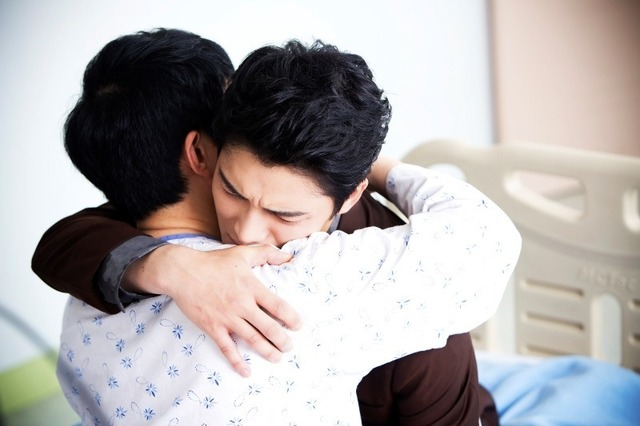 意識を取り戻した兄と感動の再会!熱いハグ&号泣!/「トライアングル」 (C)MBC