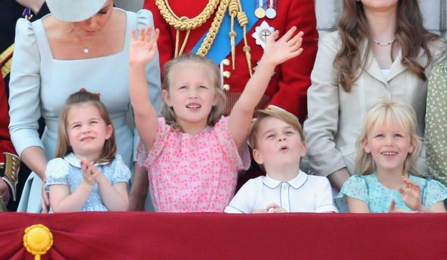 祝賀飛行「フライパスト」に喜ぶジョージ王子&シャーロット王女らロイヤルファミリーの子どもたち/エリザベス女王の誕生日パレードにて