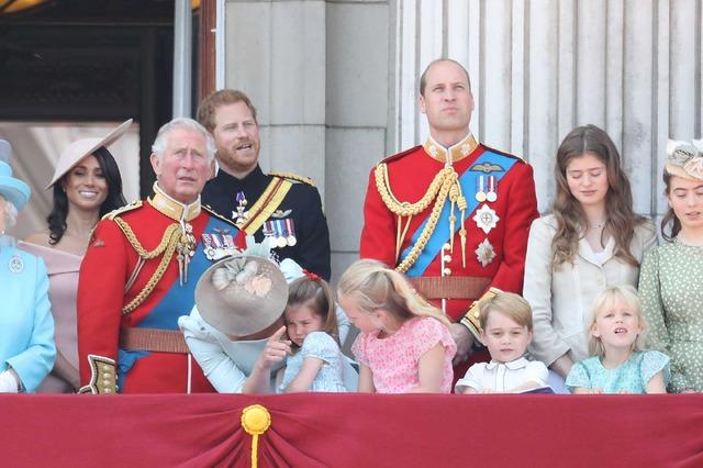 パレードを見守るジョージ王子&シャーロット王女らロイヤルファミリーの子どもたち/エリザベス女王の誕生日パレードにて (C)Getty Images