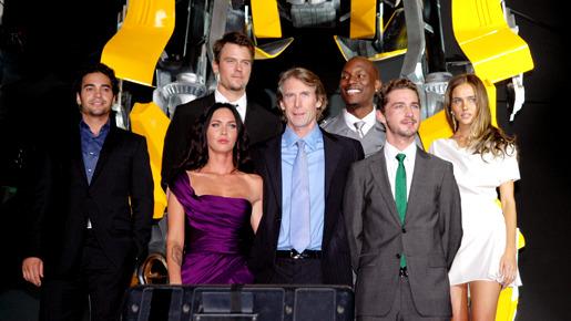 『トランスフォーマー/リベンジ』ワールド・プレミア。(左から)ラモン・ロドリゲス、ミーガン・フォックス、ジョシュ・デュアメル、マイケル・ベイ監督、タイリース・ギブソン、シャイア・ラブーフ、イザベル・ルーカス