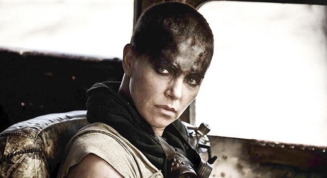 シャーリーズ・セロンまさかのスキンヘッド姿/『マッドマックス 怒りのデス・ロード』-(C)2014 VILLAGE ROADSHOW FILMS (BVI) LIMITED