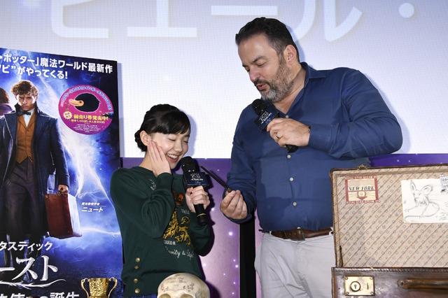 『ファンタスティック・ビーストと黒い魔法使いの誕生』小道具の魔術師ピエール・ボハナ&オフィシャルアンバサダーを務める芦田愛菜(C)2018 Warner Bros. Ent.  All Rights Reserved.Harry Potter and Fantastic Beasts Publishing Rights (C)J.K.R.