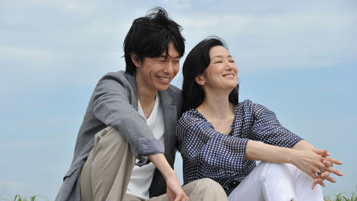 『セカンドバージン』海辺のシーンより -(C) 2011映画「セカンドバージン」製作委員会