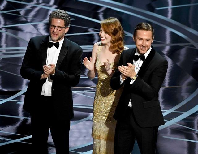 「第89回アカデミー賞」『ムーンライト』チームを祝福する『ラ・ラ・ランド』チーム(C)Getty Images
