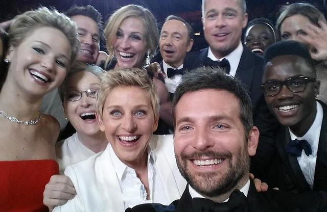 エレン・デジェネレスの周りに集まったスターたち-(C) Getty Images