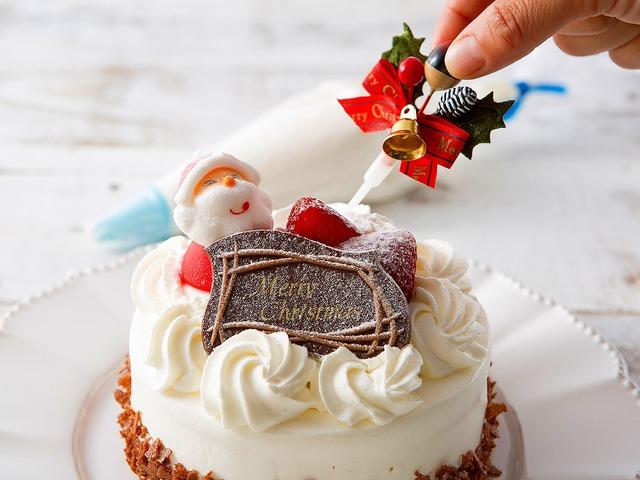 自分で飾り付けるクリスマス・ケーキに皆でワクワク♪