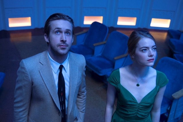 『ラ・ラ・ランド』 Photo credit:  EW0001: Sebastian (Ryan Gosling) and Mia (Emma Stone) in LA LA LAND.  Photo courtesy of Lionsgate.(C) 2016 Summit Entertainment, LLC. All Rights Reserved.