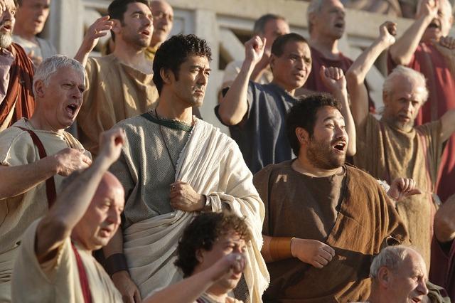 コロッセオで群衆に囲まれるルシウス(阿部寛)/『テルマエ・ロマエII』 -(C) 2014「テルマエ・ロマエII」製作委員会