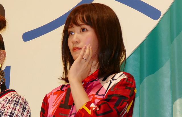 左手薬指に指輪キラリ!前田敦子/『食べる女』完成披露試写会