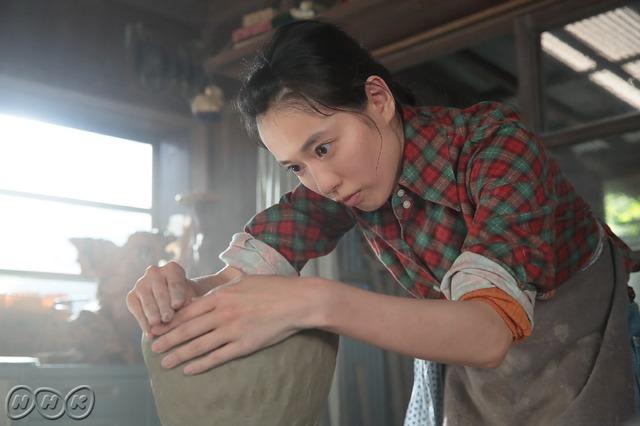 第1回放送シーンより/作陶に励む川原喜美子「スカーレット」NHK提供