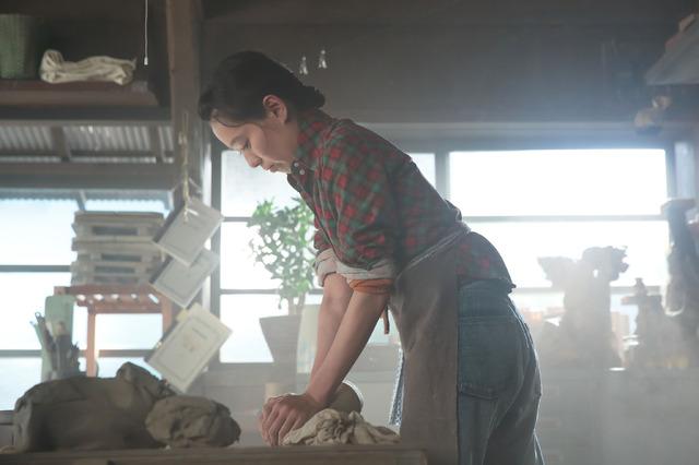 作陶に励む川原喜美子 (第1回放送より) 連続テレビ小説「スカーレット」(C)NHK