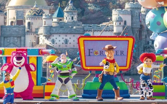 参加型のステージショー「ピクサー・プレイタイム・パルズ」(C) Disney